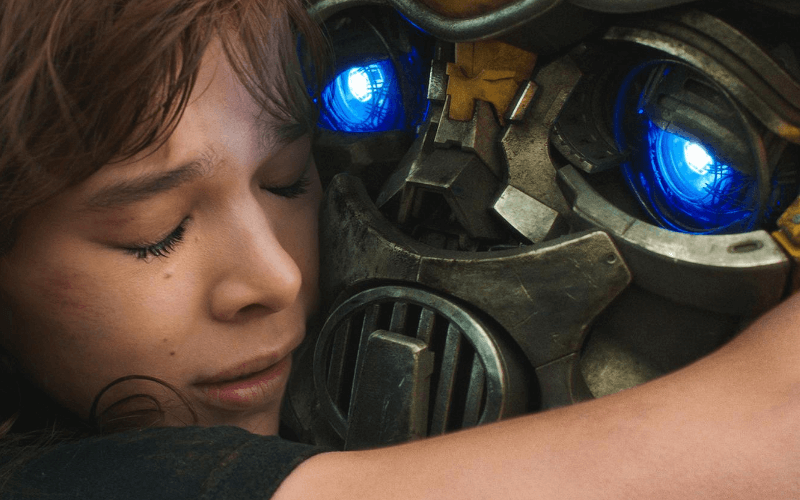 A picture of Hailee Steinfeld hugging the robot Bumblebee in the film Bumblebee